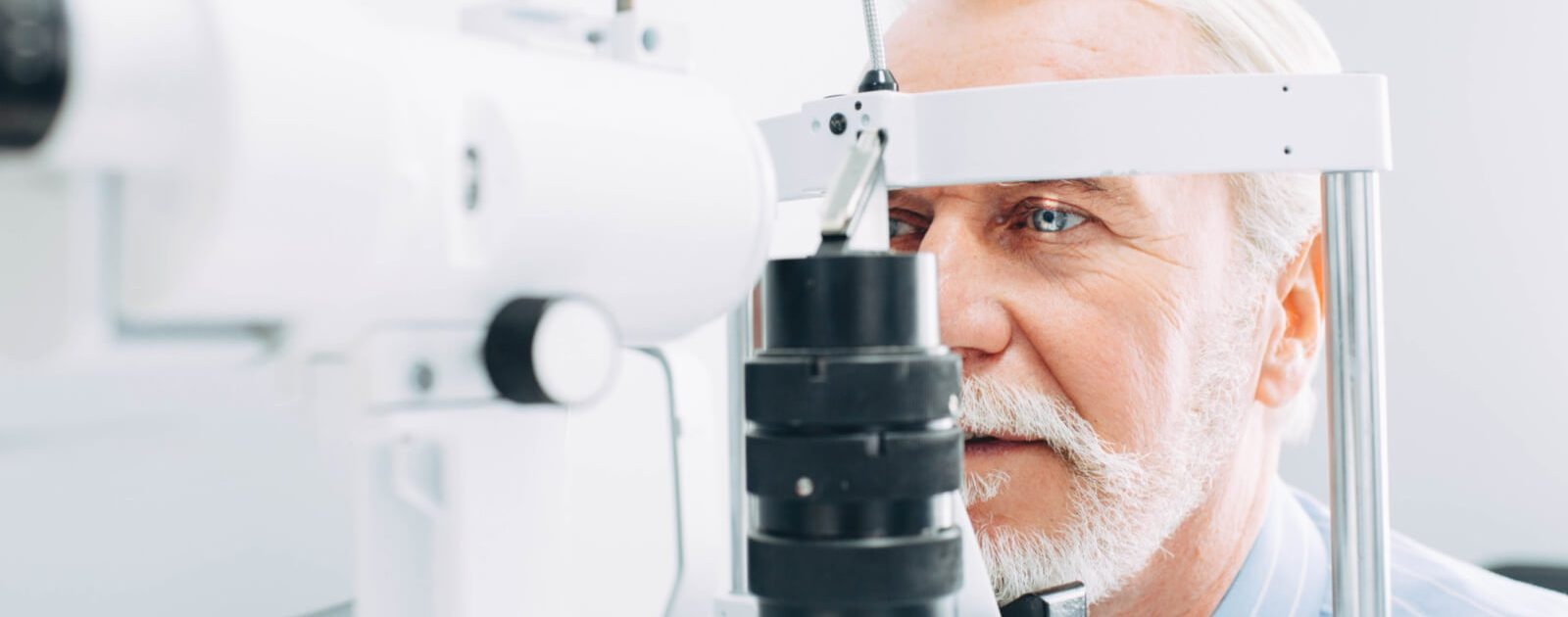 Augeninfarkt: Mann wird augenärztlich untersucht.