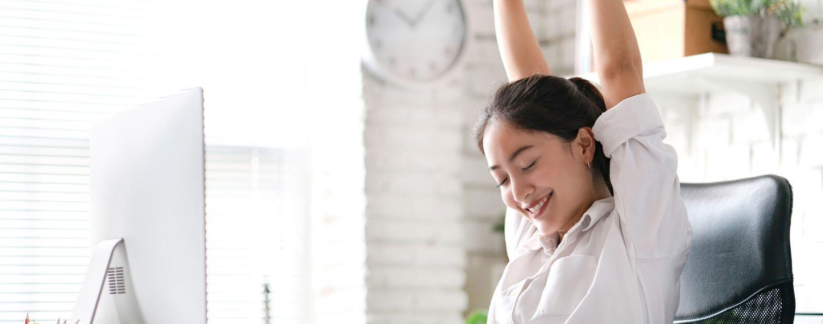 Alltagstipps für die Augen: Frau entspannt ihre Augen