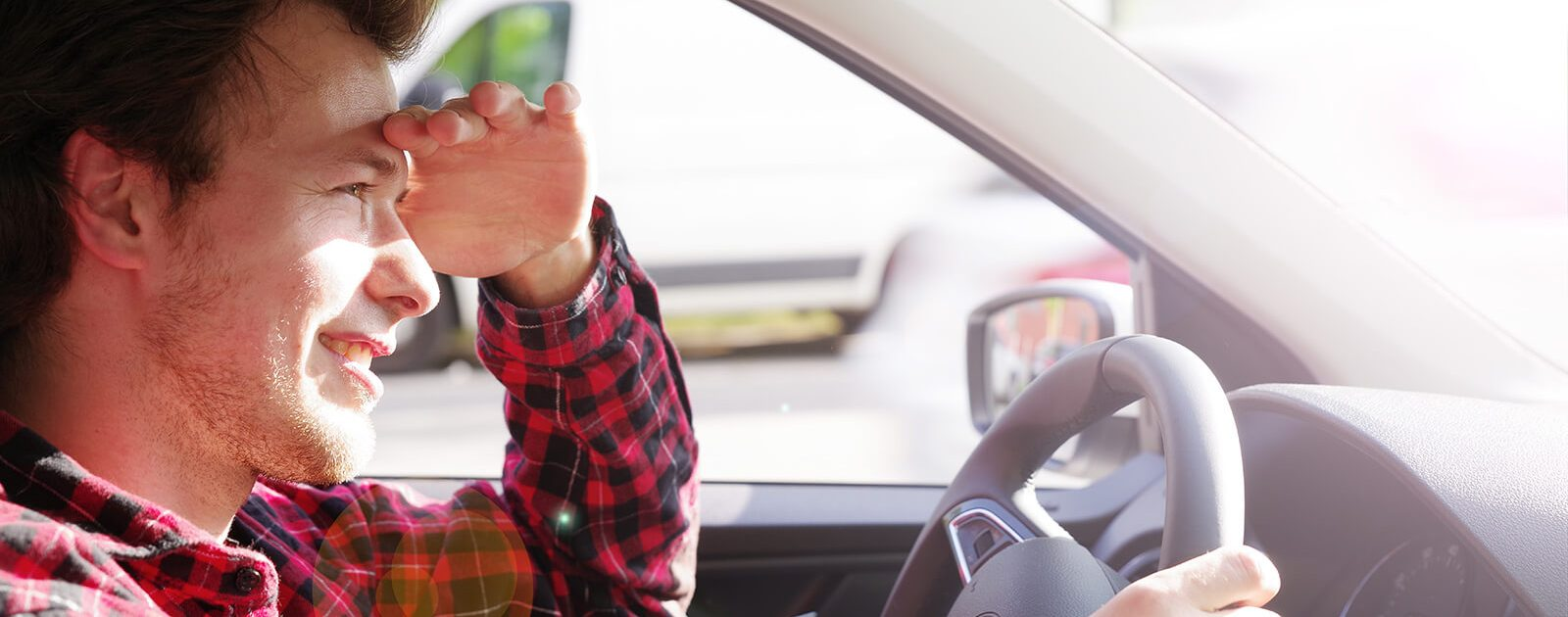 Mann mit müden Augen durch Autofahrt bei tief stehender Sonne
