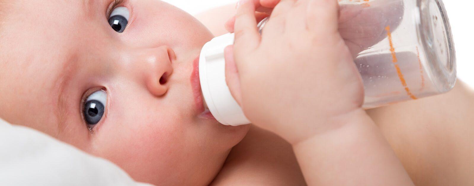 Große, hellwache Augen eines Babys. Doch ab wann können Säuglinge sehen?
