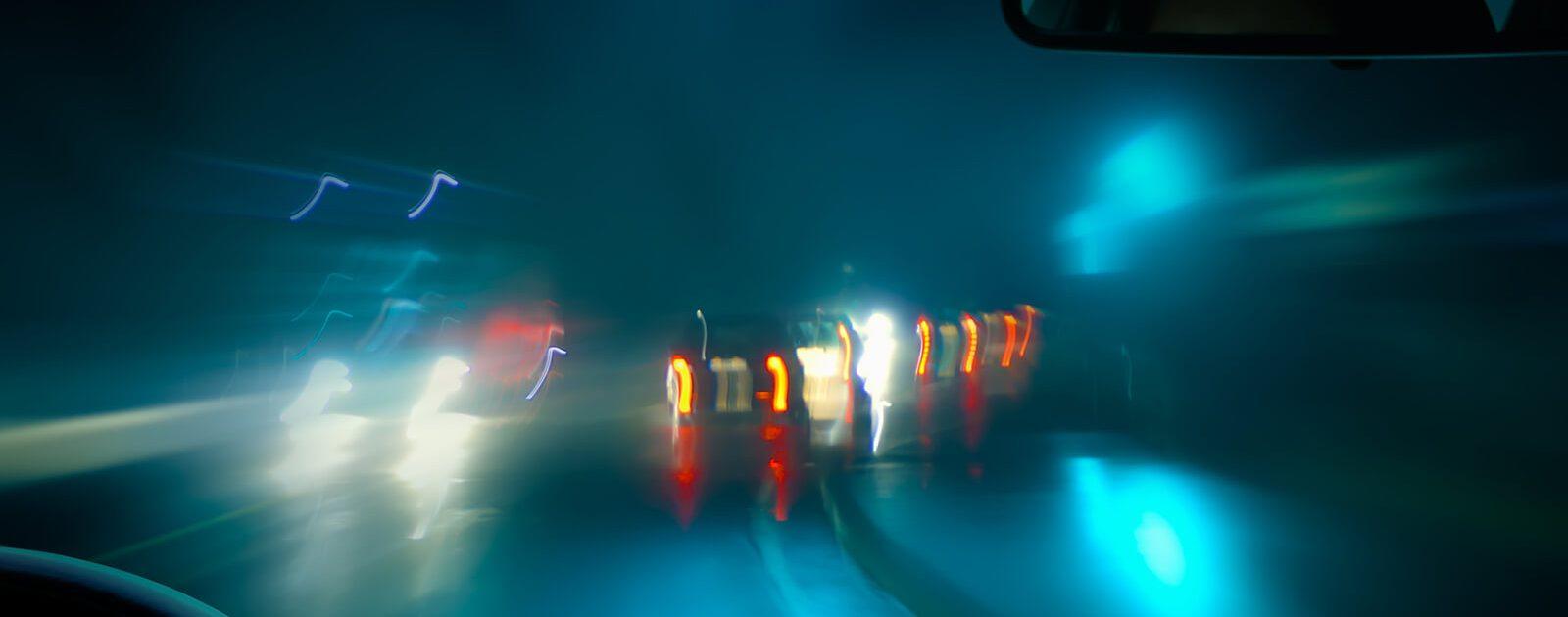 Blendeffekte, Augenflimmern und Blitze im Auge beeinträchtigen die Sicht beim Autofahren.