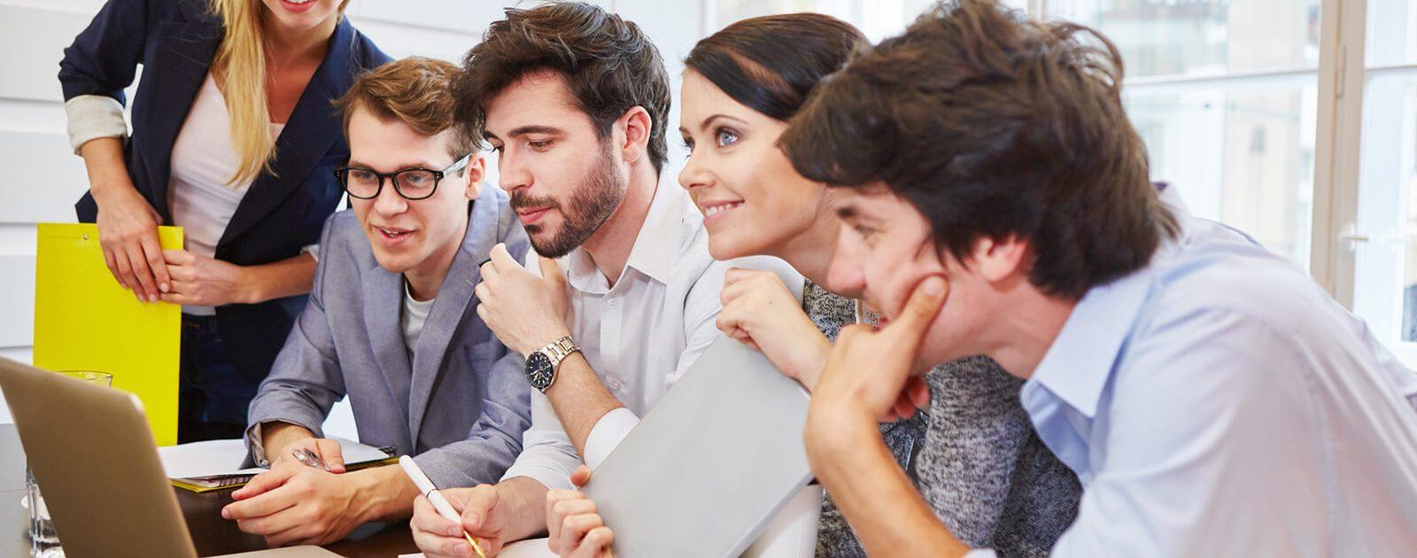 Augentropfen, Augensalbe und Augengele: Gruppe von Menschen schaut auf Computerbildschirm.
