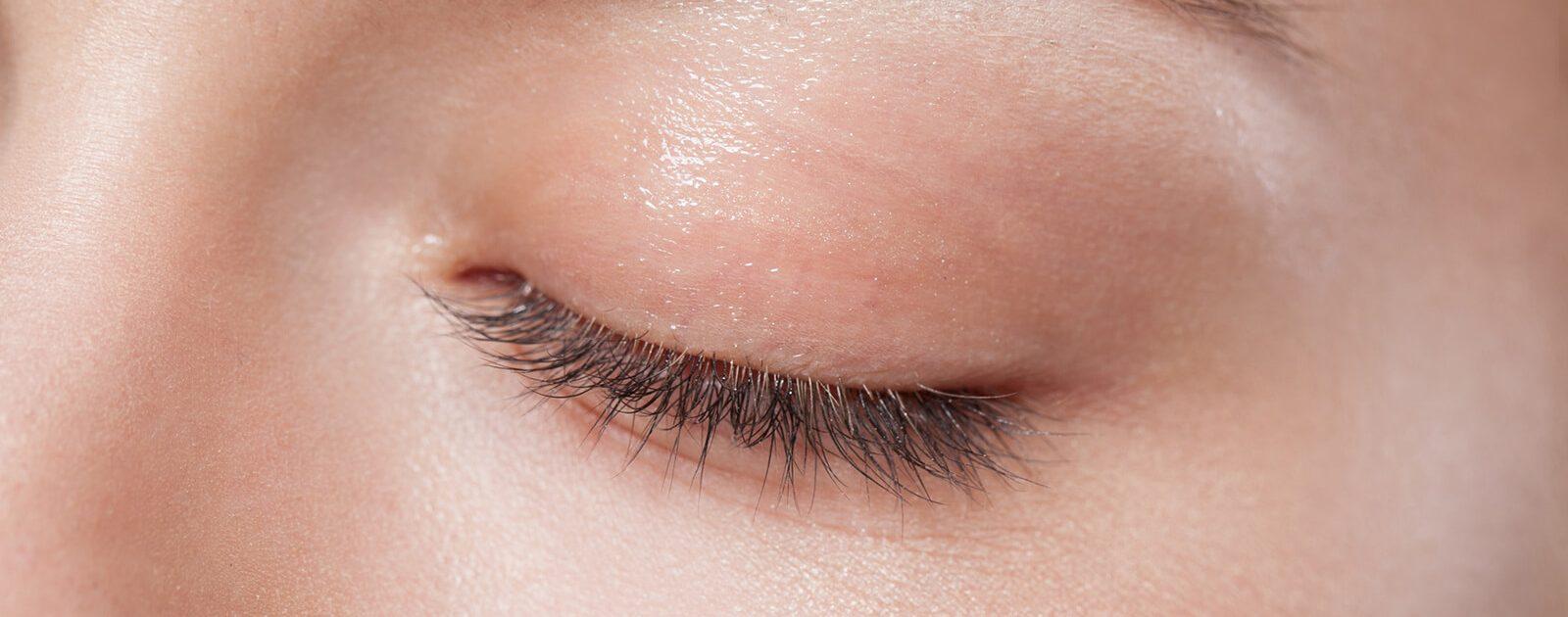 Augenspray wird auf geschlossene Augen gesprüht.