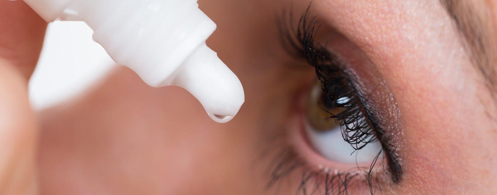 Augentropfen werden in den Bindehautsack geträufelt