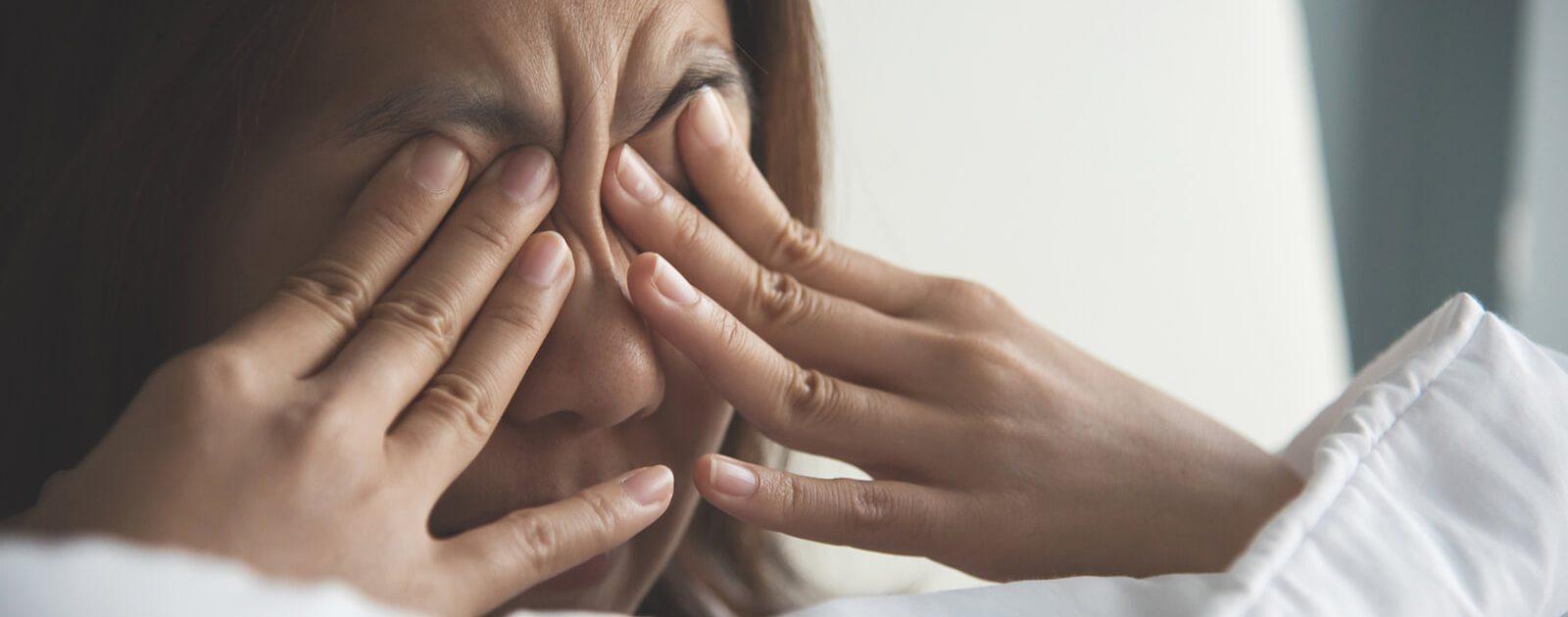 Bei einer Bindehautentzündung sollten sich Erkrankte nicht die Augen reiben.