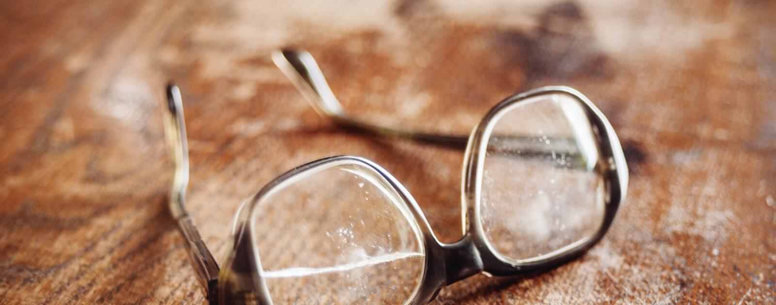 Echtes Glas zerbricht schnell bei einer Brille.