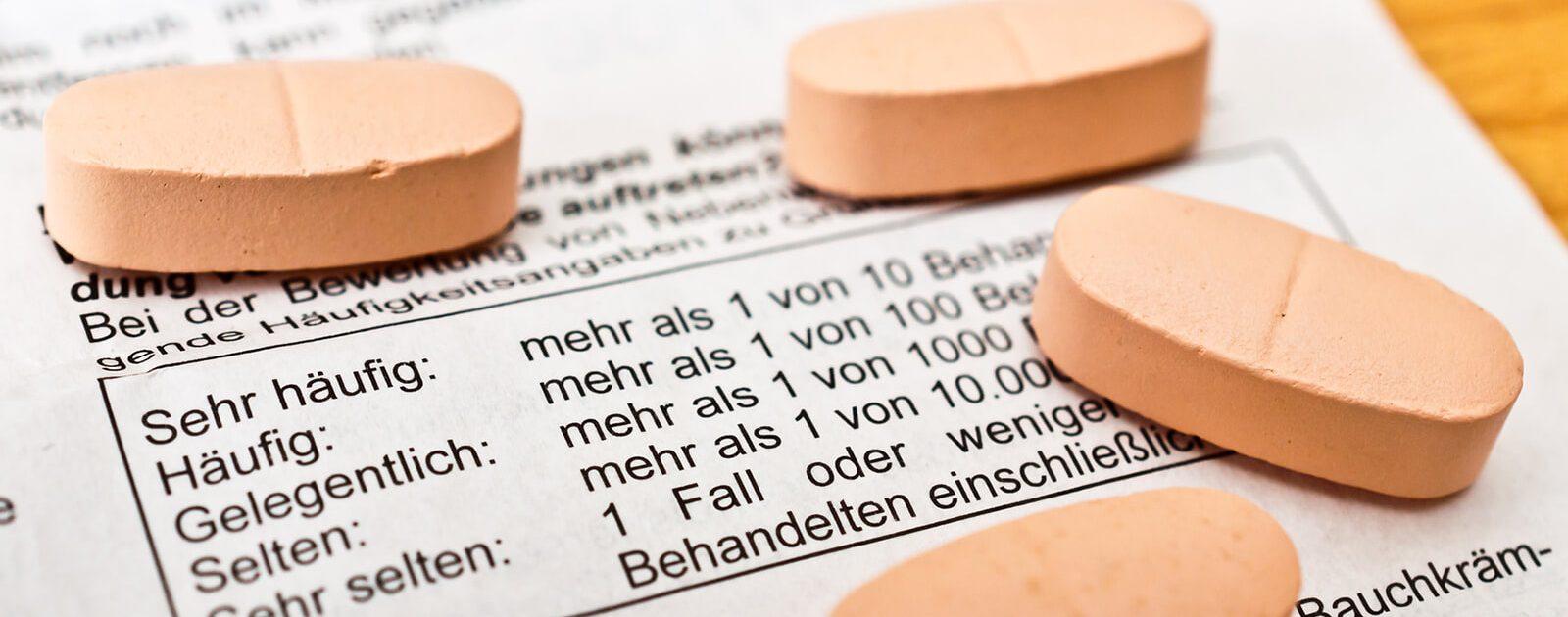 Mögliche Nebenwirkungen von Medikamenten auf die Augen stehen im Beipackzettel.