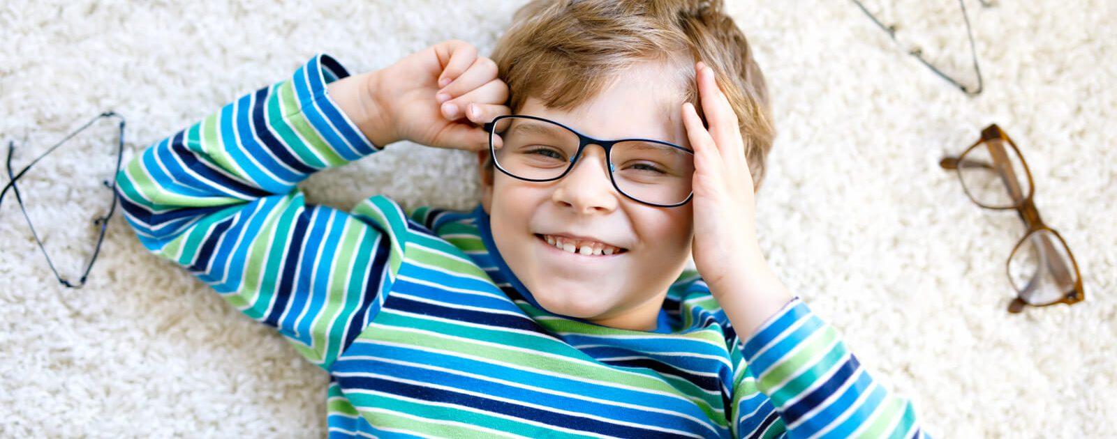 Ein Junge mit Brillen – diese Behandlungsmethode ist für Fehlsichtigkeit bei Kindern typisch.