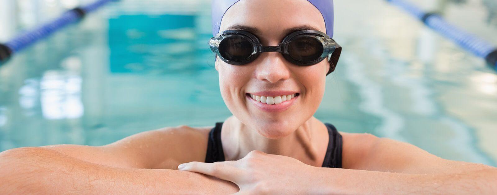 Schwimmerin mit empfindlichen Augen schützt sich mit Schwimmbrille vor gereizten Augen.