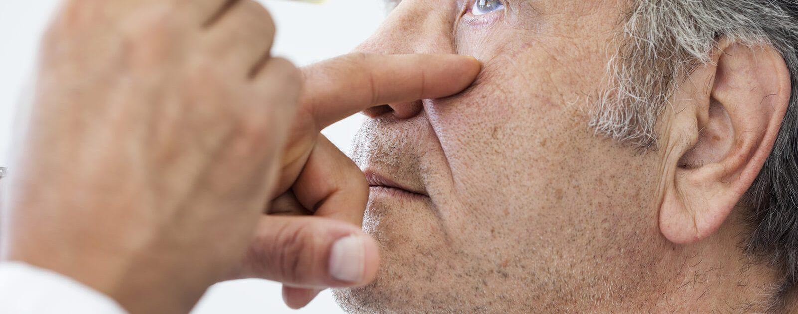 Patient vor der Augenoperation: Der Augenarzt führt umfangreiche Untersuchungen durch.