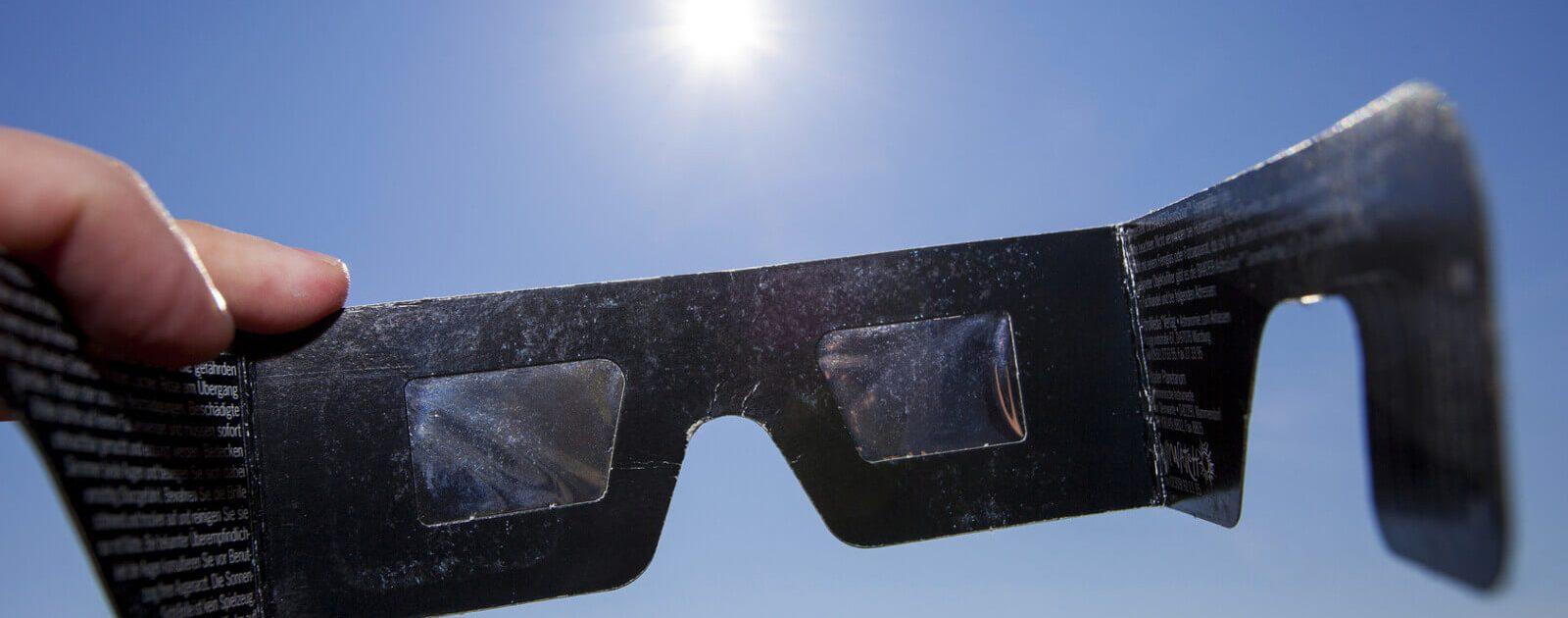 Spezielle Brille zum Beobachten einer Sonnenfinsternis.
