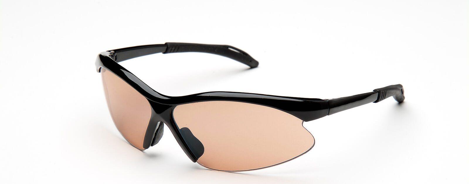 Eine gute Sportbrille hat gummierte Bügel, damit sie nicht rutscht.