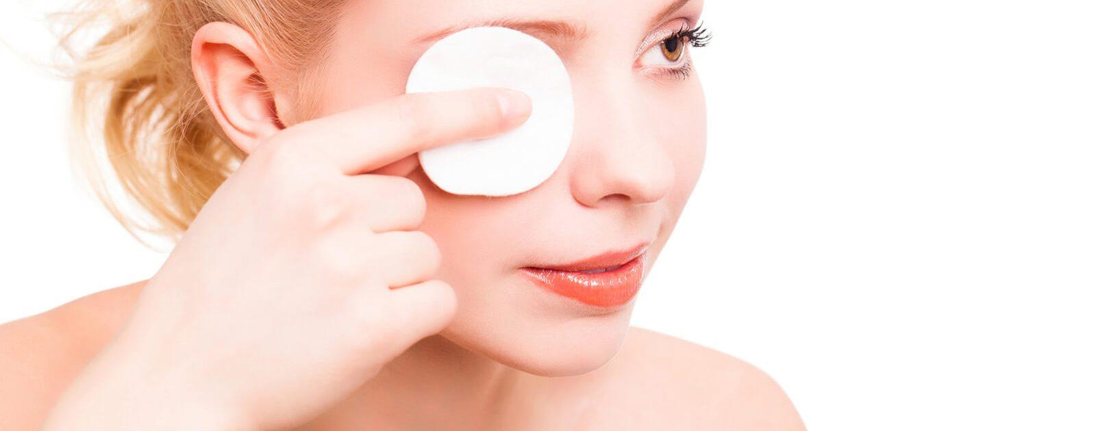 Gründliches Abschminken kann gegen tränende Augen helfen.