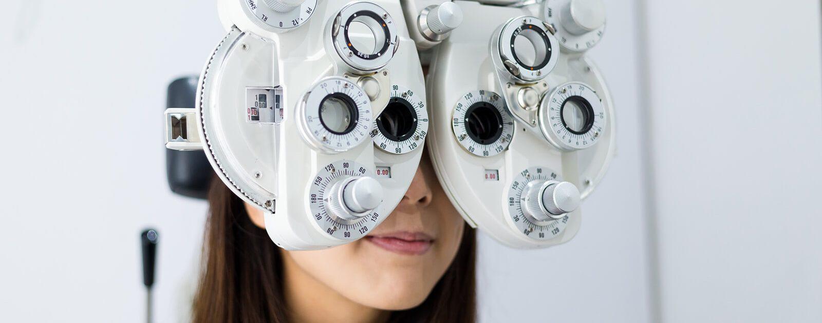 Junge Frau bei einer Augenuntersuchung