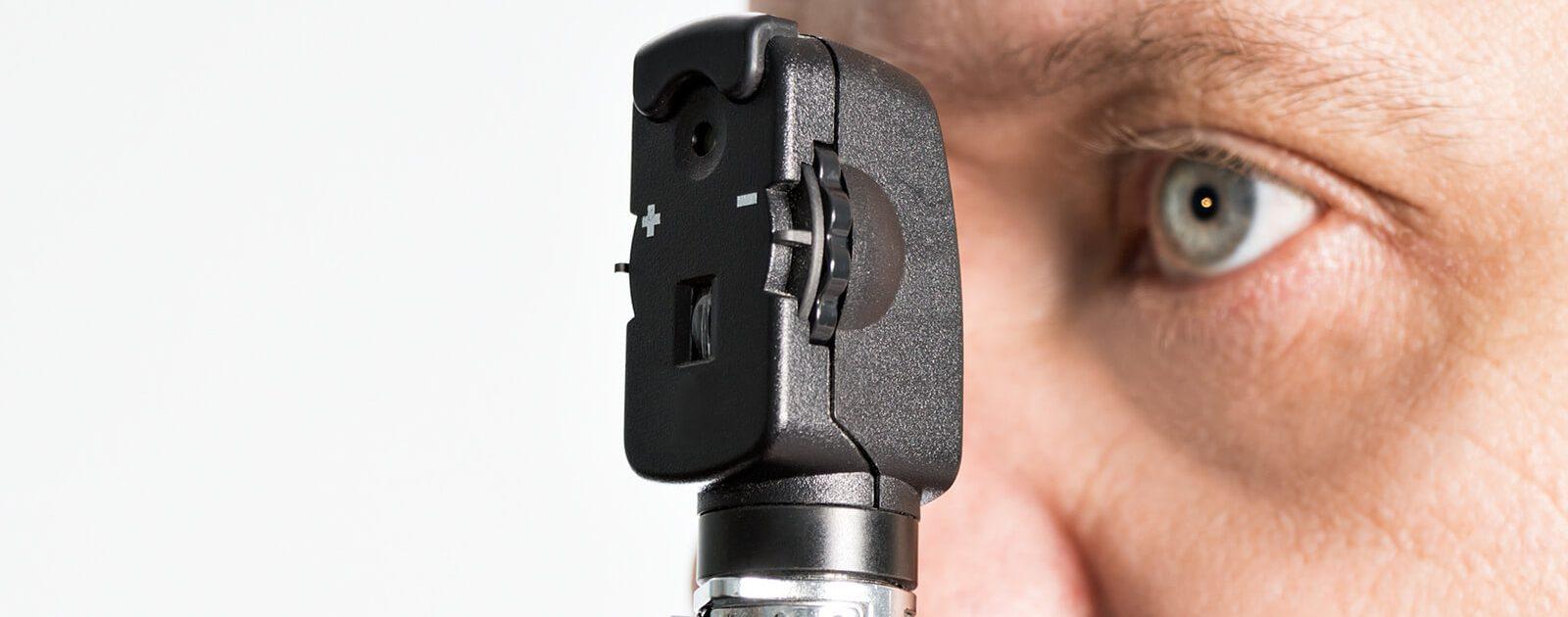 Ein Augenspiegel ist ein Instrument, das einem Augenarzt bei der Diagnose hilft.