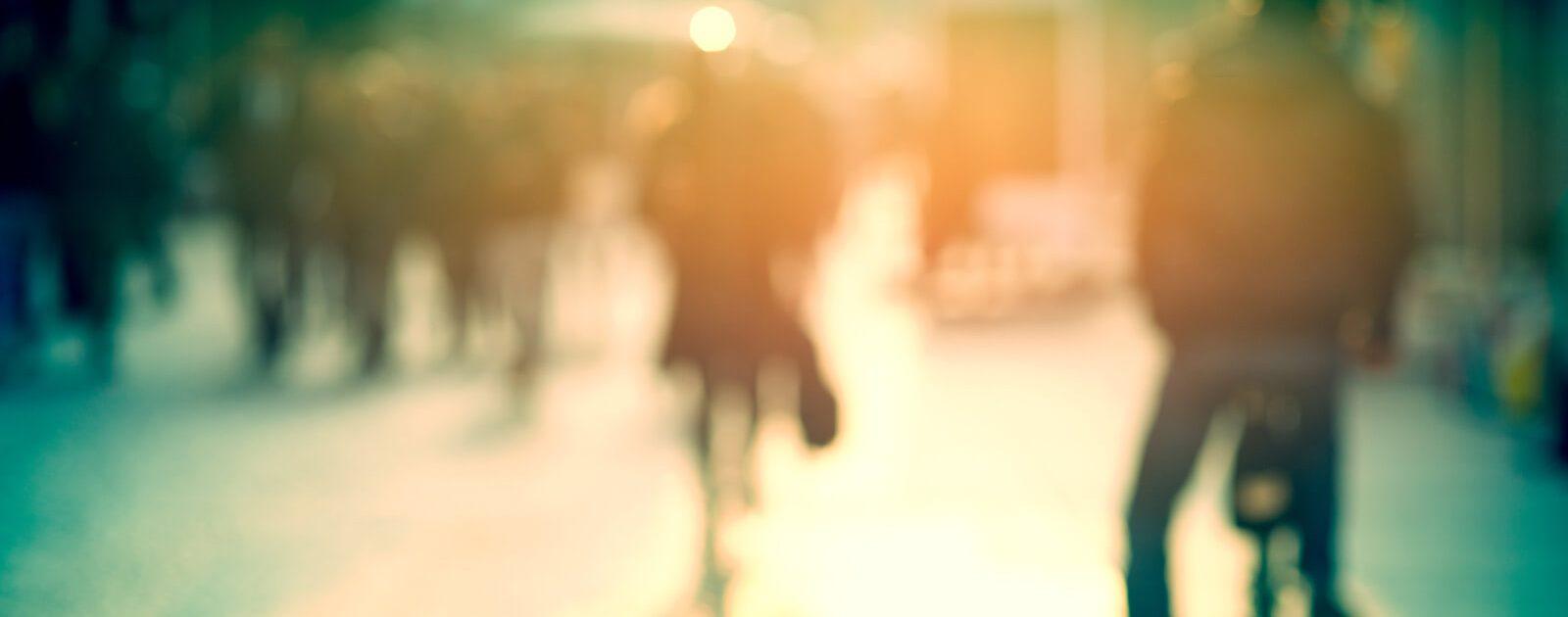 Gravierende Sehstörungen sind häufig durch verschwommene Bilder und Lichtreflektionen gekennzeichnet.