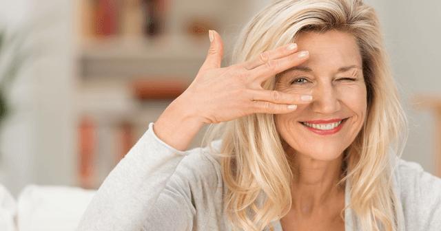Frau freut sich – mit RetiCap®DR kann sie aktiv gegen die negativen Folgen von Diabetes auf das Auge ankämpfen.