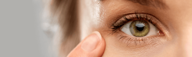 Bildausschnitt: Frau mit Augenerkrankung.