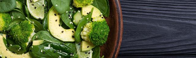 Ernährung bei altersbedingter Makuladegeneration mit Brokkoli, Spinat und Avocado: Das enthaltene Lutein schützt die Makula des Auges.